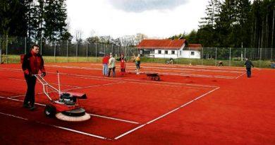Arbeiten auf Tennisanlage